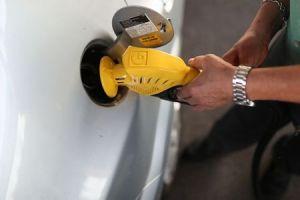Por alta no preço do combustível, motoristas de SP reduzem uso de carro