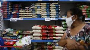 Intenção de consumo das famílias fica estável em outubro, aponta CNC
