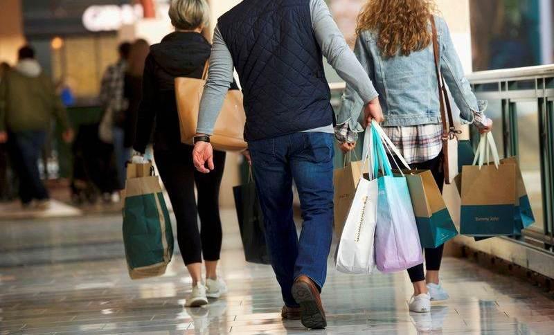 Consumidores carregam sacolas de mercadorias compradas no King of Prussia Mall