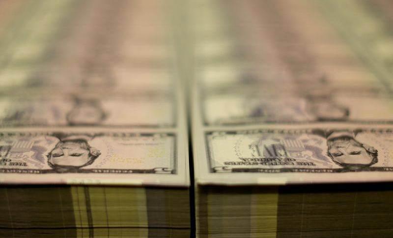 Dólar tem leve alta contra real antes de dados de inflação dos EUA