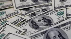 Dólar abre em queda com foco em política monetária e leilões do BC
