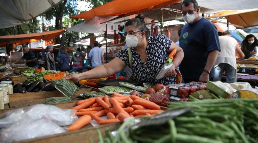 Consumidores fazem compras em mercado de rua no Rio de Janeiro