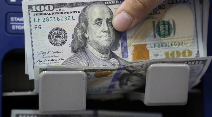 Dólar vai abaixo de R$5,50 após BC marcar presença no mercado