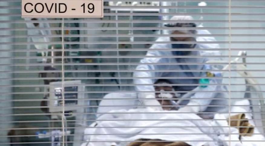Profissional de saúde trata paciente com Covid-19 em UTI de hospital em Porto Alegre