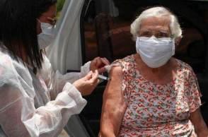 Aplicação da terceira dose da vacina contra o novo coronavírus vem sendo discutida em algumas cidades brasileiras e já está sendo aplicada em alguns países