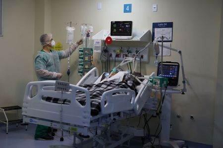 Paciente com Covid-19 na UTI do hospital Ronaldo Gazolla, no Rio de Janeiro (RJ)