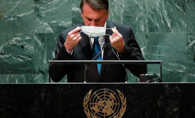 Presidente Jair Bolsonaro recoloca a máscara depois de falar na abertura da Assembleia-Geral da ONU