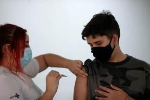 Adolescentes de 12 anos foram imunizados neste sábado (25). Cidade agora vive expectativa para eventos-teste a partir de outubro
