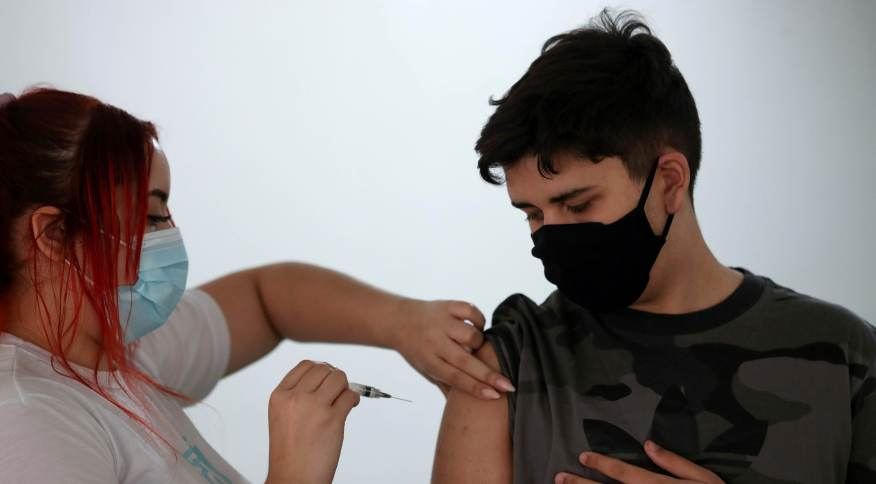 Adolescente de 14 anos recebe vacina da Pfizer contra Covid-19 no Rio de Janeiro
