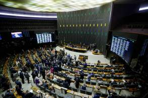 Uma nova reunião da comissão especial foi convocada para a tarde da quarta-feira para a votação do relatório da PEC