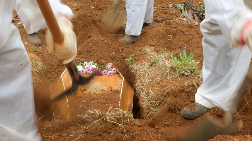 Idoso que morreu de Covid-19 é sepultado em cemitério de São Paulo