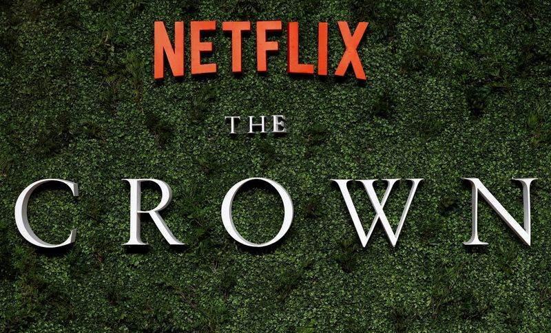 """Logo da série """"The Crown"""" em Londres"""