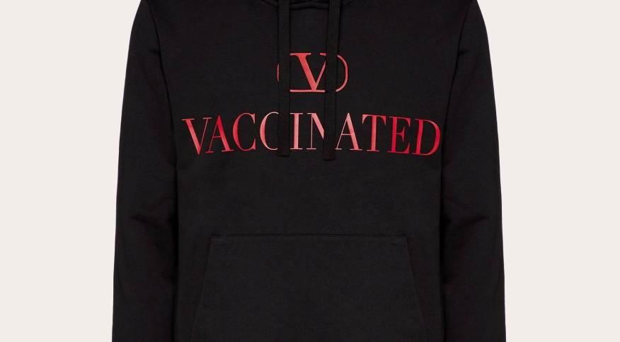 Foto de divulgação de moletom produzido pela grife Valentino a favor da vacinação contra Covid-19