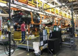 Escassez global fez montadoras reduzirem a produção e alguns executivos do setor alertam que o problema pode durar até 2023
