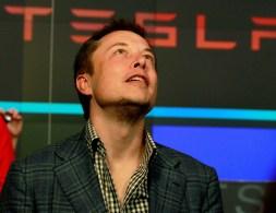 Durante anos a Tesla usou incentivos do governo para que as pessoas comprassem veículos elétricos