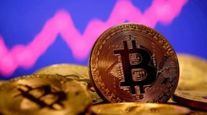 Bitcoin ultrapassa US$ 63 mil e se aproxima de máxima histórica