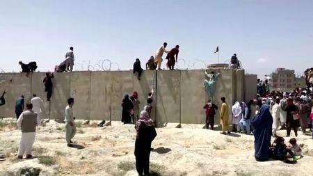 Pessoas pulam muro para invadir o aeroporto de Cabul