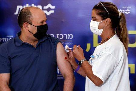 Premiê de Israel, Naftali Bennett, recebe terceira dose de vacina Pfize/BioNTech contra Covid-19 em Kfar Saba