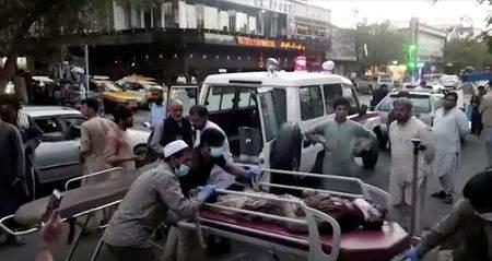 Feridos são levados a hospital após ataque no aeroporto internacional de Cabul