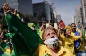 Vídeo divulgado nas redes sociais mostra um homem distribuindo dinheiro a supostos manifestantes bolsonaristas