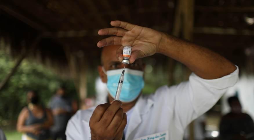Profissional de saúde prepara vacina contra Covid-19 CoronaVac para aplicação no Rio de Janeiro