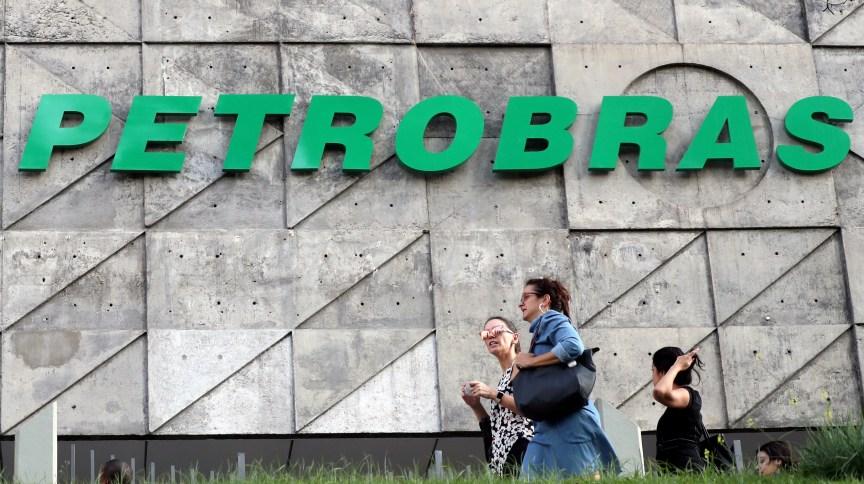 Pessoas passam em frente à sede da Petrobras no Rio de Janeiro