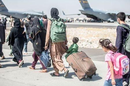 Pessoas deixam o Afeganistão pelo aeroporto internacional de Cabul