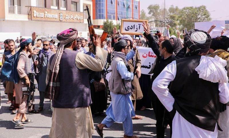 Forças do Taliban tentam parar manifestantes perto da embaixada do Paquistão em Cabul, Afeganistão