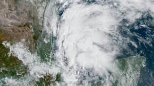 Tempestades causam deslizamento de terra e queda de energia na Califórnia