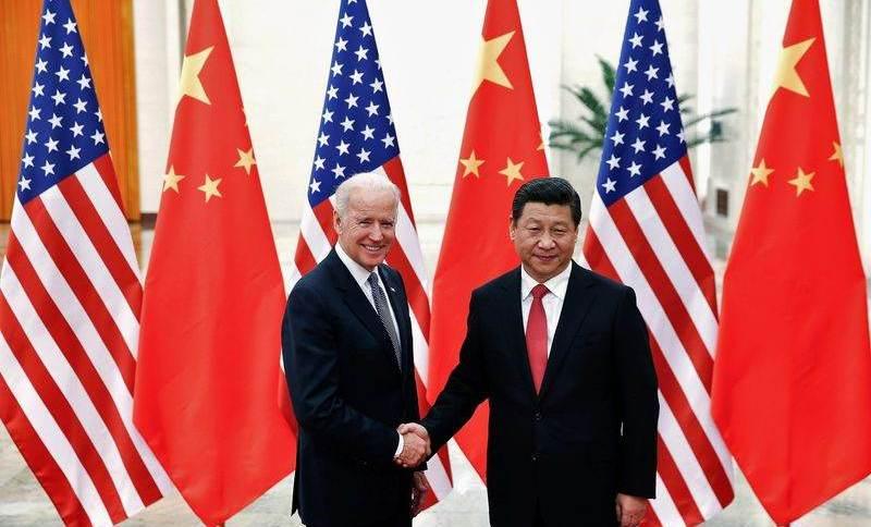Presidente da China, Xi Jinping, cumprimenta então vice-presidente dos EUA, Joe Biden, em Pequim em 2013