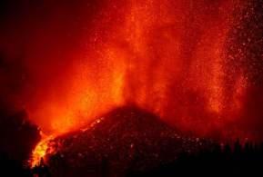 Vídeos compartilhados nas redes sociais também mostram uma onda de choque massiva emanando do local da erupção que chega ao sexto dia seguido