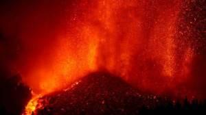 Bombeiros recuam devido às novas explosões no Vulcão nas Ilhas Canárias