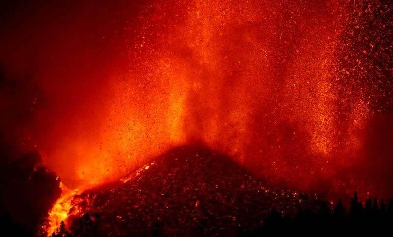 A massa densa de lava começou a deslizar para o nordeste em direção ao Mediterrâneo e ao continente espanhol, disse a agência meteorológica nacional