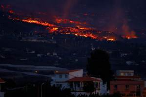 Erupção de vulcão nas Ilhas Canárias impede voos, mas aeroporto reabre
