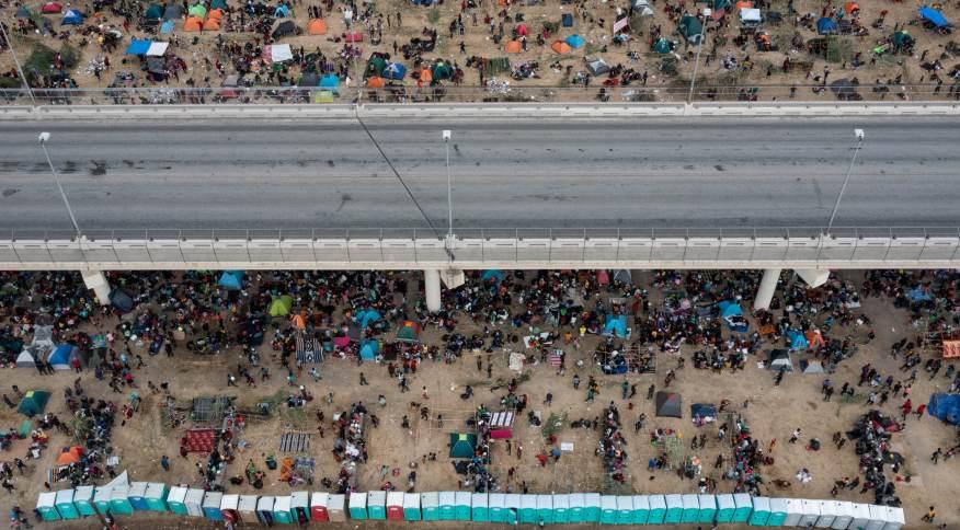 Imigrantes haitianos ao redor de ponte no Texas