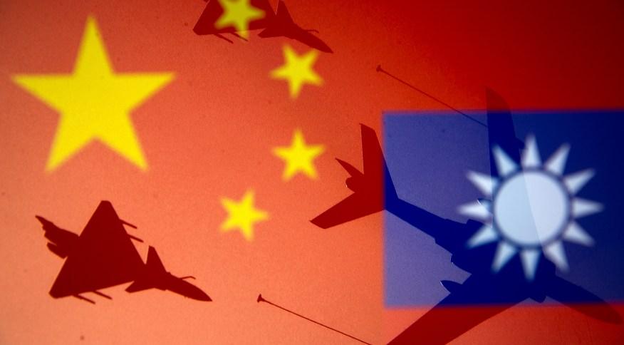 Sombras de jatos militares sobre bandeiras da China e de Taiwan em foto de ilustração