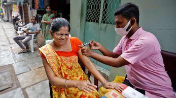 Em uma nação de 1,3 bilhões, milhões de indianos ainda não receberam nenhuma dose enquanto país se prepara para retomar exportação em massa