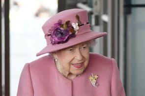 Segundo o primeiro-ministro, Elizabeth II já está 'de volta à sua mesa em Windsor'; a monarca de 95 anos foi internada para realização de exames