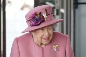 Rainha Elizabeth está de volta ao trabalho após noite em hospital, diz Boris Johnson